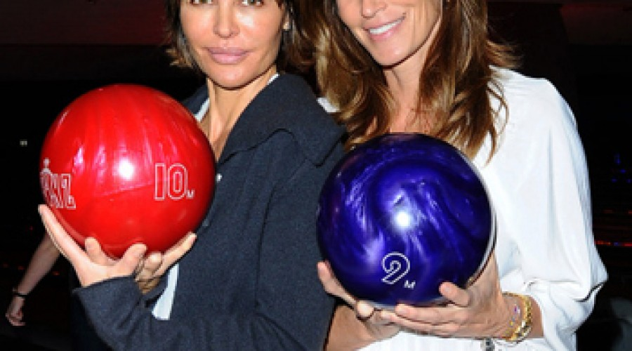 Cindy Crawford ditches makeup to bowl with Lisa Rinna